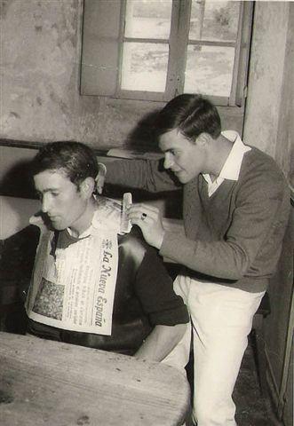 20070504194642-foto-3-ano-1966-barberia-improvisada-en-bar-del-gato.-antonio-benito-y-manolo-de-burela..jpg